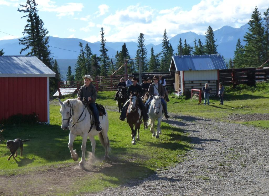 Guests leaving on horseback